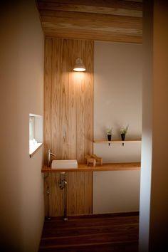 トイレ Washroom Design, Small Toilet, Wood Wallpaper, Japanese Interior, Wood Ceilings, Model Homes, House Rooms, Interior Architecture, Bathroom