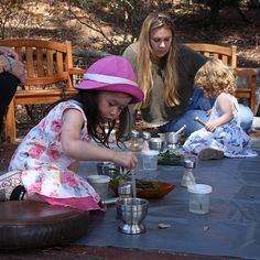 Children combine natural materials with water to create their own nature potion. Science Resources, Teaching Science, Activities, Discovery Museum, Natural Materials, Children, Kids, Catapult, Nature