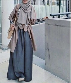 maxi skirt with neutral outfit- Neutral hijab outfit ideas www. Hijab Look, Hijab Style, Hijab Chic, Modest Outfits, Modest Fashion, Fashion Outfits, Fashion Muslimah, Abaya Fashion, Skirt Fashion