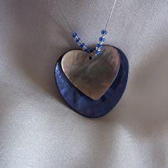 Pendentif coeur bleu et ivoire - nacre , petites perles bleues ,argentées - bijoux insolites -