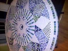 Mesa hecha con mosaico.