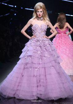 フリルと小花がロマンチック♡クリスチャン・ディオールの鮮やかパープルドレス♪ ハイブランドのカラードレス・花嫁衣装まとめ。