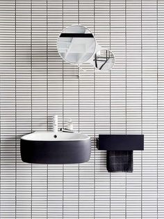 banheiro contemporâneo em branco e preto