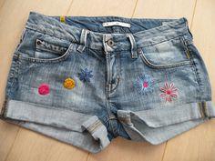 Je vous proposeaujourd'hui de customiser votre short en jeans pour cet été.Pour ce faire,j'ai décoré mon short dequelques broderies de fleurs réalisées au point de nœud ou au point bouclette.