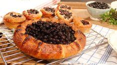Rikligt med nymortlad kardemumma, äkta smör och sötsyrliga blåbär är hemligheten. Om du har ett eget favoritrecept på vetedeg kan du använda det. Att tillsätta rumsvarmt smör och göra en fördeg ger ett saftigare bröd. Blåbärskakan går utmärkt att frysa.