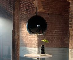 In fetish black, Copper Shade becomes a patent monochromatic orb, a slick black ball with a metallised aluminium interior. Copper Lamps, Copper Lighting, Modern Lighting, Pendant Lighting, Lighting Ideas, Tom Dixon, Bauhaus Interior, Toms, Lacquer Furniture