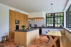 [ Dream kitchen made out of wood ]  Deze op maat gemaakte houten keuken, ingedeeld en gerealiseerd door Frank Tack Keukens, bevat een natuurstenen keukenblad, Lacanche fornuis en een zitbank in de hoek, ideaal voor kinderen.   Keuken realisatie: Frank Tack  #kitchen #keuken #droomkeuken #dreamkitchen #hout #wood #FrankTackKeukens #natuursteen #keukenblad #Lacanche #zitbank #interiordesign #luxury #inspiration #inspiratie