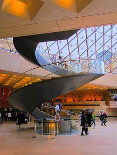 Escalier de la Pyramide du Louvre - Paris .Escalera de la Pirámide del Louvre
