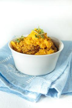 Leckerer Hummus aus geröstetem Kürbis, geröstetem Knoblauch, Rosmarin und Kichererbsen. Perfekt zu warmen Naan oder als Brotaufstrich.