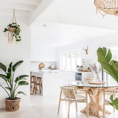 🌟Tante S!fr@ loves this📌🌟Featured in the boho beach house of Australian Interior Designer Alicia from We can't get enough of her beautiful white beach house interiors 🌴✨ . White Beach Houses, Boho Kitchen, White Coastal Kitchen, Kitchen Dining, Kitchen Island, Style Deco, Beach House Decor, Beach House Interiors, Modern Beach Decor