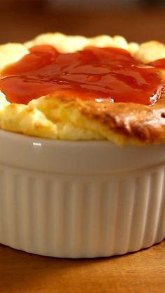 Esse suflê é fácil, saboroso e tem uma das melhores e mais clássicas combinações da cozinha.