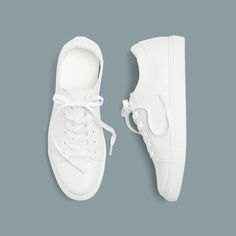 'It' Girls are obsessed with them—are you? Keep reading for style inspiration we thought you'd love. How To Style White Sneakers For The Weekend Pair black skinny jeans and your bright white sneakers with the styles of the season: relaxed cargo silhouettes and all of the plaid. How To Style White Sneakers For Casual Friday …