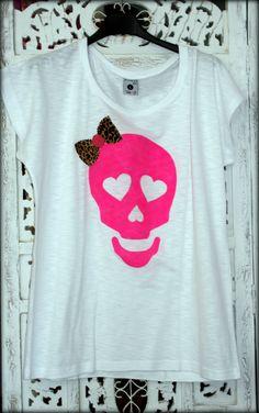 Calavera pintada a mano en rosa flúor y detalle animal print !!!! Chulísima www.facebook.com/Saison.camisetas