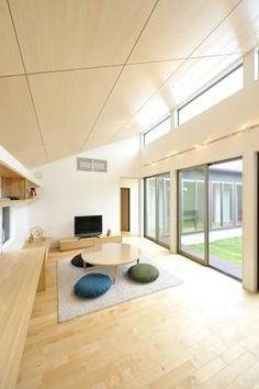 勾配天井の中庭が望めるリビング(YT-tei) - リビングダイニング事例 SUVACO(スバコ)