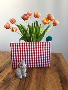 Gönn dir etwas schönes zu diesem frohen Fest! Kontaktier uns unter www.roebro.ch und kreiere deine Lieblingshülle selber.  #swissmade #fashionable #frohe ostern #roebro Planter Pots, Happy Easter, Glee, Handarbeit, Creative, Nice Asses