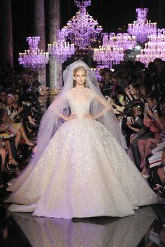 Le défilé Elie Saab haute couture automne-hiver 2014-2015 http://www.vogue.fr/mariage/tendances/diaporama/les-robes-blanches-de-la-haute-couture/19558/image/1035711#!le-defile-elie-saab-haute-couture-automne-hiver-2014-2015