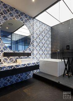 Apartament modern, comod si atractiv in Kiev Bathroom Interior, Modern Bathroom, Small Bathroom, Bathroom Ideas, Minimalist Apartment, Minimalist Interior, Cheap Bathrooms, Amazing Bathrooms, Bathroom Remodel Pictures