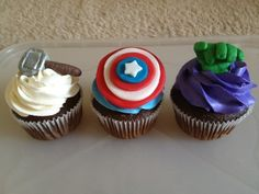 The Avengers Cupcakes - Visit to grab an amazing super hero shirt now on sale! Marvel Cupcakes, Avenger Cupcakes, Avenger Cake, Hulk Cupcakes, Marvel Cake, Captain America Cupcakes, Avenger Party, Themed Cupcakes, Wedding Cupcakes