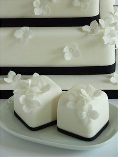 Along with wedding mini desserts trend, there's another one for individual cakes. Why worrying about one or two big cakes that would suit everyone when you can order a whole bunch...