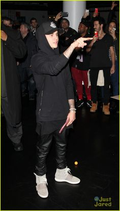 Justin Bieber Makes Ping Pong Look Easy (Video): Photo Justin Bieber shows off his ping pong skills while attending the Fader All-Star Ping Pong Tournament at Spin on Friday (February in New York City. Justin Bieber 2015, Justin Bieber Outfits, Justin Bieber Style, Celebrity Sneakers, Selena And Taylor, All Black Looks, Stunning Women, Swag Outfits, Celebs