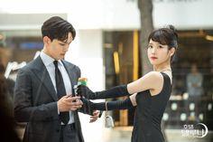 Hotel Del Luna heading towards climax with a mystery cameo from Sulli Korean Tv Shows, Korean Actors, Korean Dramas, Korean Celebrities, Manhwa, Kdrama, Korean Drama Best, Jin Goo, Still Picture