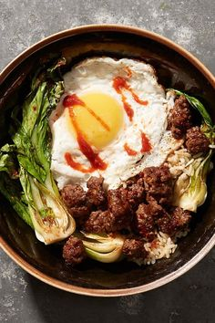 For a little extra heat and a pop of color, drizzle a few drops of Sriracha over the eggs right before serving. Quick Easy Dinner, Quick Easy Meals, Quick Recipes, Healthy Recipes, Winter Recipes, Dessert Recipes, Desserts, Easy Dinners, Winter Food