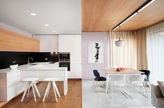 Notice how the ceiling and floor colors swap positions at the boundary between the living room and kitchen – quite a breathtaking effect from this angle.
