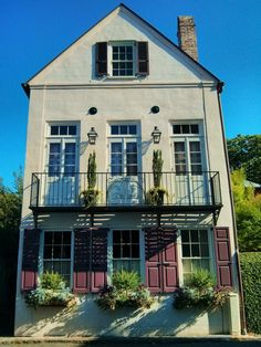 The beautiful historic Charleston houses come in all sorts of shapes and size. This elegant one stands alone on Elliott Street.