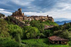 Frías és un municipi de la província de Burgos a la comunitat autònoma de Castella i Lleó. Forma part de la comarca de Las Merindades. La ciutat de Frías, a més de destacar-se per ser la més petita d'Espanya, ens impregna a la seva visita d'un exquisit sabor medieval que deu el seu origen a Alfons VIII, qui al començament del segle XII la va erigir sobre la roca, a fi de protegir i repoblar aquesta límit de la Vella Castella. Aquesta estratègia va reportar a aquesta ciutat nombrosos p...