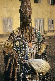 Yoruba man -Nigeria  Los yoruba constituyen aproximadamente el 30% de la población total de Nigeria, y llegan desde los 28 hasta los 40 millones de individuos en toda la región              (22 millones hablan su idioma).  cuentan con todo un sistema religioso que se ha expandido en toda la diáspora yoruba, conocida como Regla de Osha-Ifa o mitología yoruba.ones hablan su idioma).