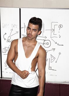 The Joe Jonas nude pics DEFINITELY hit the sweet spot. The American pop singer's naked gallery will make the… Joe Jonas, Jonas Brothers, Mtv, Frankie Jonas, The Joe, Star Wars, Shirtless Men, Nick Jonas Shirtless, Poses
