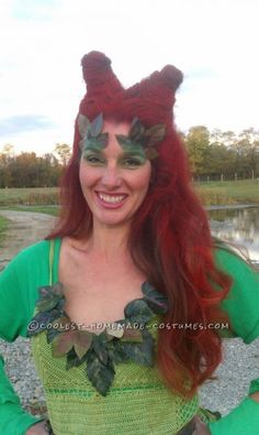 Coolest Poison Ivy Costume with Uma's Infamous Hairstyle Homemade Costumes, Diy Costumes, Halloween Costumes, Costume Ideas, Uma Thurman Poison Ivy, Diy Necklace, Crochet Necklace, Poison Ivy 2, Poison Ivy Pictures