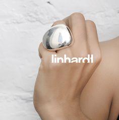 Lisa Linhardt //  Le Grand Pebble est un anneau organique  qui a été sculpté à partir de sterling recyclé et poli dans une haute brillance magnifique.  Il s'agit d'une version moins modeste de l'Anneau Petit Caillou, comme cette bague se déverse dans la prochaine doigt. Mieux porté sur la bague au doigt, avec déversement aller sur le petit doigt, ou sur le doigt du milieu avec déversement passer à l'annulaire.