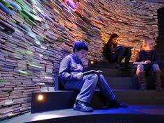 Een prachtige muur van boeken in het Kinderboeken museum Den Haag.