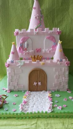 1000 images about g teaux ch teau on pinterest castle cakes hello kitty cake and pink princess. Black Bedroom Furniture Sets. Home Design Ideas
