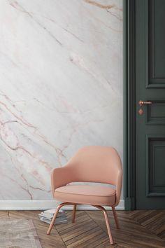 Papier peint marbre; jolie porte verte avec son fauteuil pêche
