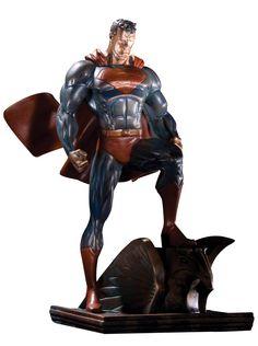 Superman statuette Patina 15 cm (DCD29718)    Statuette en résine dimensions env. 15 x 10 x 15 cm sur socle décor. Modèle finition ´faux-bronze´ sculpté par Tim Bruckner d´après Jim Lee, fini et peint à la main en édition limitée numérotée.    Disponibilité prévue : Déjà Dispo