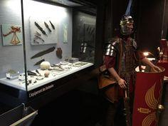 Biesheim, Merdicus, gardien du Musée gallo-romain, avec dans la vitrine avec son équipement  - Radio France