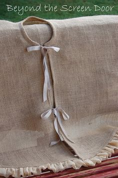 Burlap tree skirt - perfect use for my burlap when I'm done using it for a tablecloth at Adri's party!