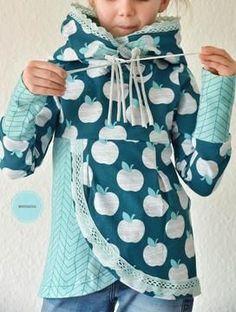 Was anspruchsvoll aussieht, ist in Wirklichkeit einfach genäht. Der Pullover Lana ist der etwas andere Hoodie. Er besticht durch seine besondere Optik. Die Faltenlegung im Vorderteil gibt dem Pullover seinen besonderen Look. Auch Anfänger nähen sich dank durchdachter Anleitung problemlos ihren besonderen Pullover mit oder ohne Kordel! Eine Nahtzugabe von 1 cm ist bereits im Schnitt enthalten. Materialliste: – Sommersweat, Interlock, Jacquard-Jersey, Romanit-Jersey, Strick – Kordel – evt…