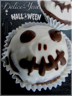 """Un petit goûter fait maison pour Halloween réalisé avec les fonds de placard. Je vous remonte cette recette de cupcakes à l'image de """"Jack Skellington"""". C'est en voyant les cakes pops de melle banane qu'il m'etait venue l'idée de faire ces cupcakes. Les..."""