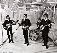 """Thập niên 60 không thể không nhắc tới phong cách thời trang của The Beatles.Hình ảnh bốn chàng trai diện vest lịch lãm trình diễn các ca khúc lãng mạn sâu lắng trở thành """"chuẩn mực"""" lý tưởng thời bấy giờ."""