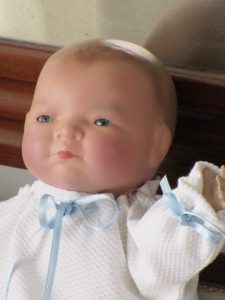 Antique Bebé or Baby named Baby-Lo. It has the body of clothes and head of bisque (porcelain). The hands are made of pasta. At the nape of the neck is branded Copy Grace Putman Made Germany.