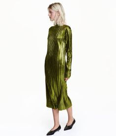Green. Calf-length dress in lightweight, pleated jersey with a metallic shimmer. Straight neckline, slit at front, and long sleeves. Unlined.