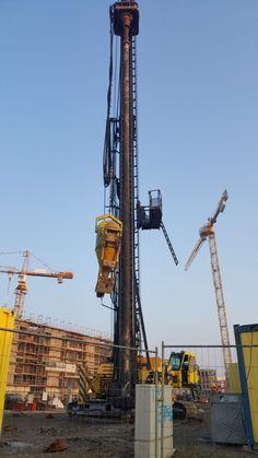 Wenn kurz hinterm Deich in Bremerhaven neue Gebäude wachsen, dann muss der Untergrund erst vorbereitet werden. Den meist findet man nicht tragfähigen Boden. Es braucht dann eine Pfahlgründung.  #Beton #Bremerhaven #Erde #Pfählen #Pfahlgründung #Rohr #Untergrund