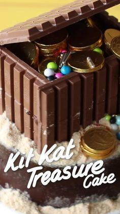 Kit Kat Treasure Cake ) ) Honestly, is there any treasure greater than chocolate? Cake Decorating Videos, Cake Decorating Techniques, Crazy Cakes, Food Cakes, Cupcake Cakes, Sweets Cake, Chocolate Recipes, Chocolate Cake, Rainbow Food