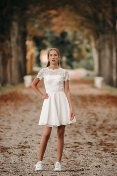 Vi elsker alt ved denne smukke og klassiske kjole. De fine blonder og det lette chiffon skørt er en skøn kombination. Blonder, White Dress, Chiffon, Dresses, Fashion, Silk Fabric, Vestidos, Moda, Fashion Styles