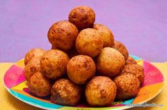 This page contains potato ball recipes. Potato balls can be made with a variety of flavorings to serve as a snack, appetizer, or to accompany many dishes. Colombian Bunuelos Recipe, Beignets, Potato Balls Recipe, Cassava Flour Recipes, Boiling Sweet Potatoes, Sweet Potato Pecan, Colombian Food, Colombian Recipes, Caribbean Recipes