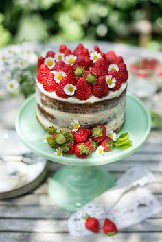 Strawberries and cream naked cake | supergolden bakes Repinned by: http://barvivo.com/