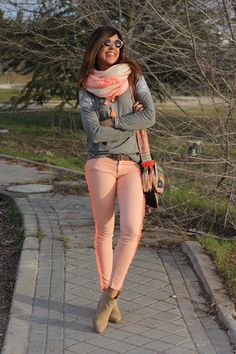 Sweatshirt street style 2018 56 Ideas for 2019 Casual Work Outfits, Cute Fall Outfits, Pretty Outfits, Spring Outfits, Work Fashion, Fashion Outfits, Womens Fashion, Pink Jeans Outfit, Pink Pants